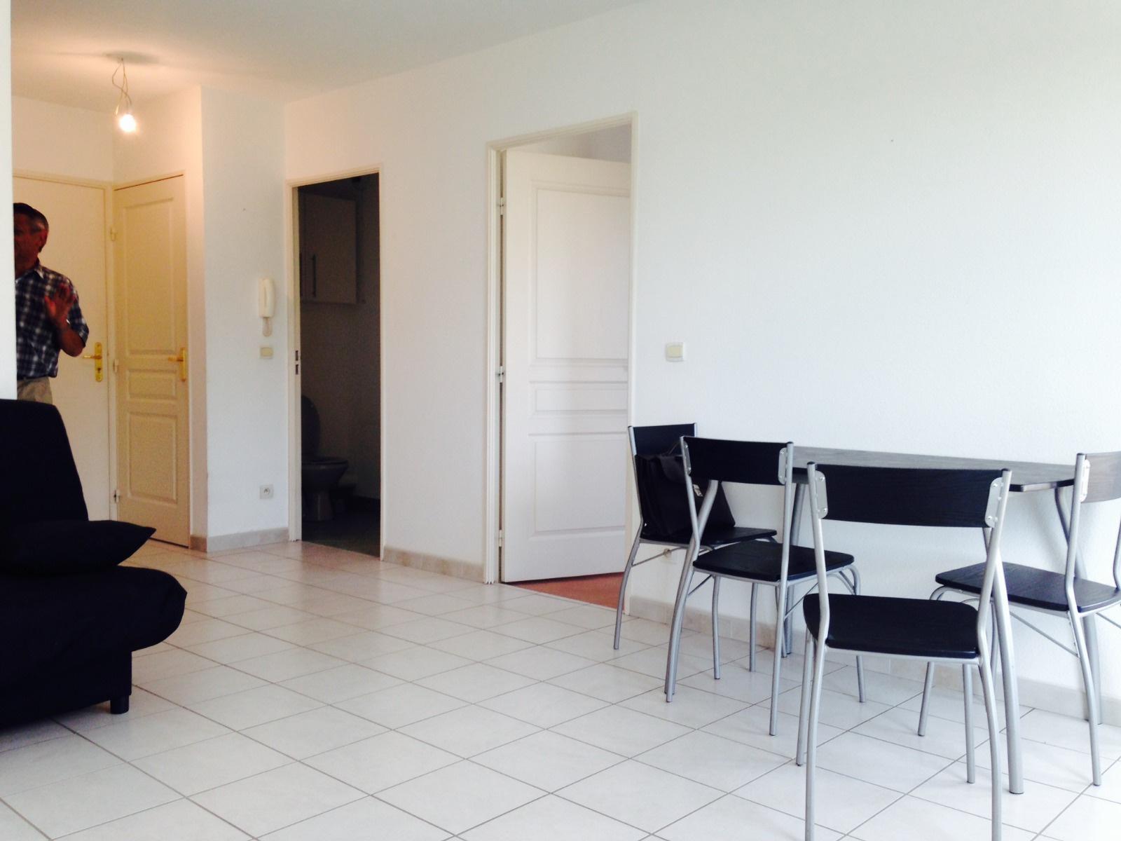 Pièce de vie avec table, chaises et canapé
