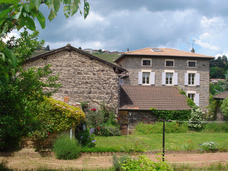 Vaux en Beaujolais. Propriété en pierres