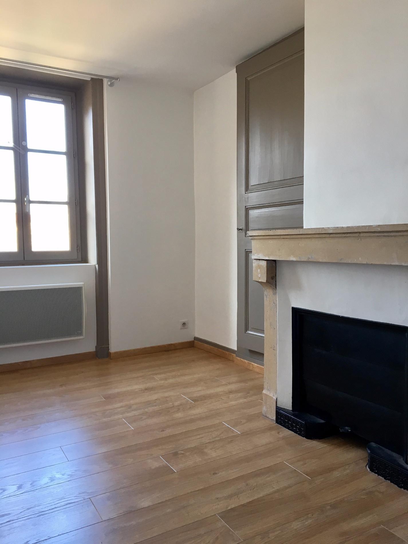 chambre avec cheminée décorative