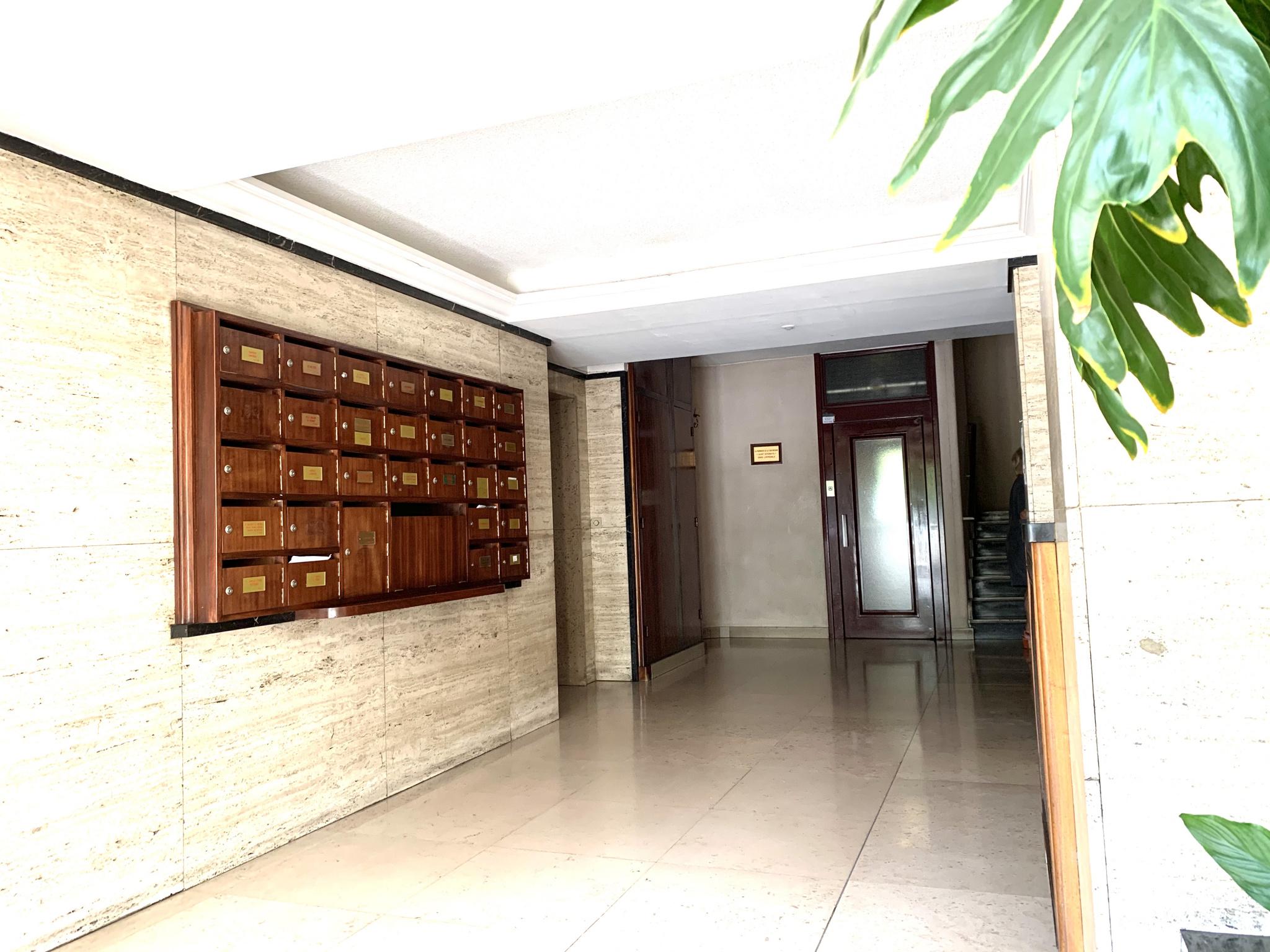 Hall immeuble avec ascenseur