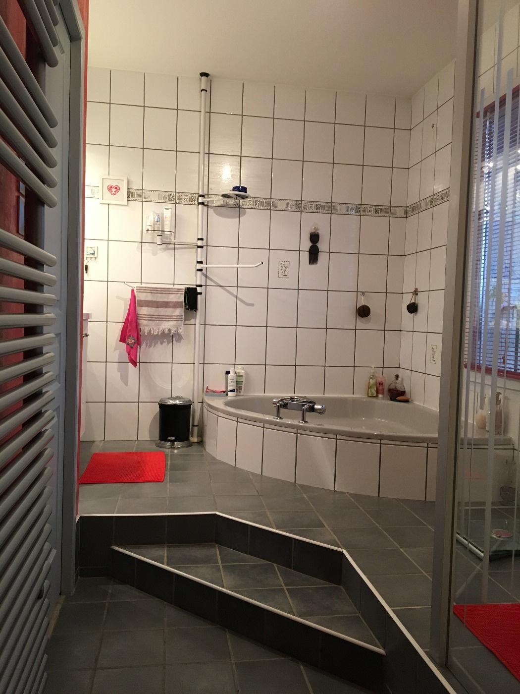 Baignoire d'angle et douche italienne